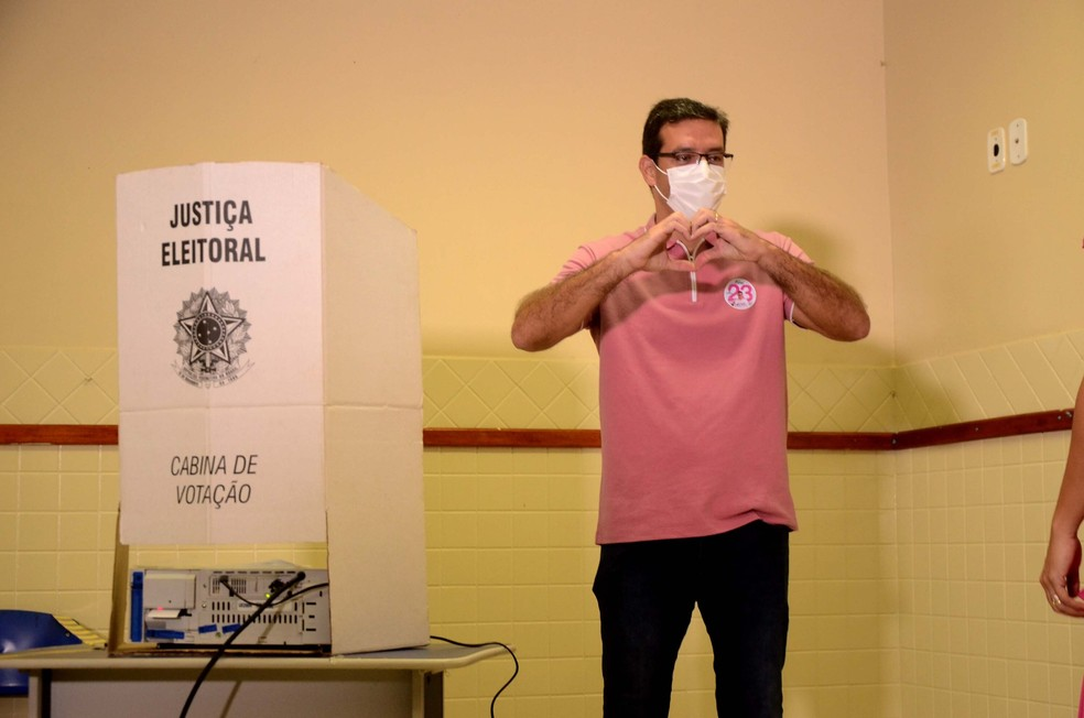 Antônio Furlan (Cidadania), conhecido como Dr. Furlan, vota na manhã deste domingo (20), em Macapá. — Foto: GABRIEL PENHA/PHOTOPRESS/ESTADÃO CONTEÚDO