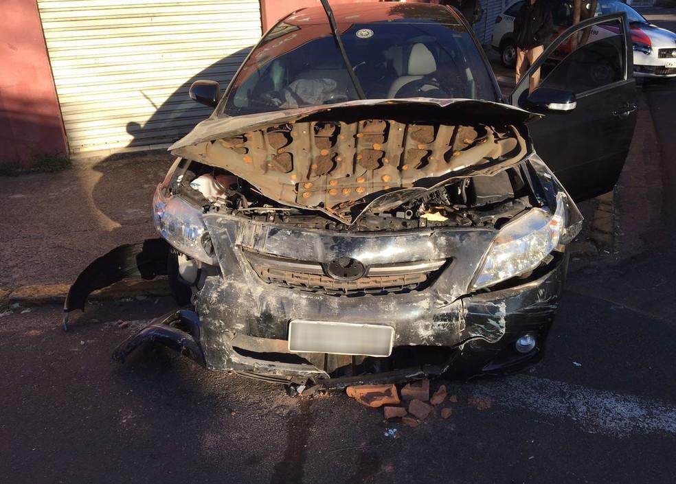 Carro destruiu parede de depósito de peças, em Presidente Prudente (Foto: David de Tarso/TV Fronteira)