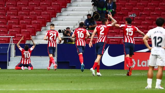 Jogadores do Atlético de Madrid comemoram o gol de Correa (10) contra o Huesca