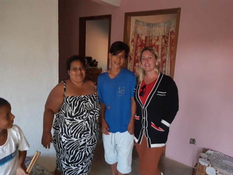 Luan com a mãe, Cirlene, à esquerda, e Silvania, do Busca Ativa Escolar, que o visitou para convencê-lo a voltar para a escola. — Foto: Arquivo pessoal