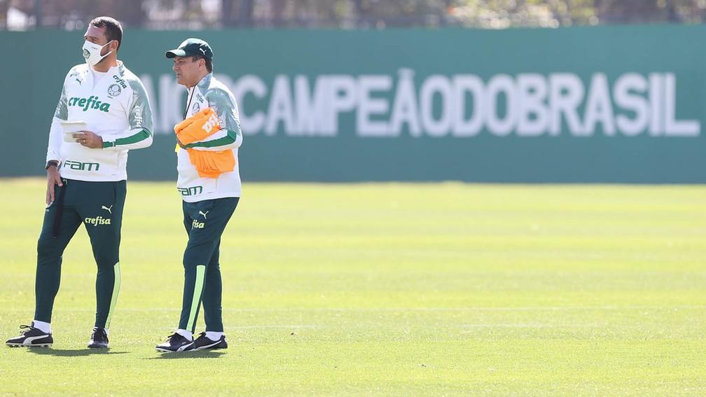 O auxiliar Maurício Copertino e o técnico Vanderlei Luxemburgo em campo — Foto: Cesar Greco/Ag. Palmeiras