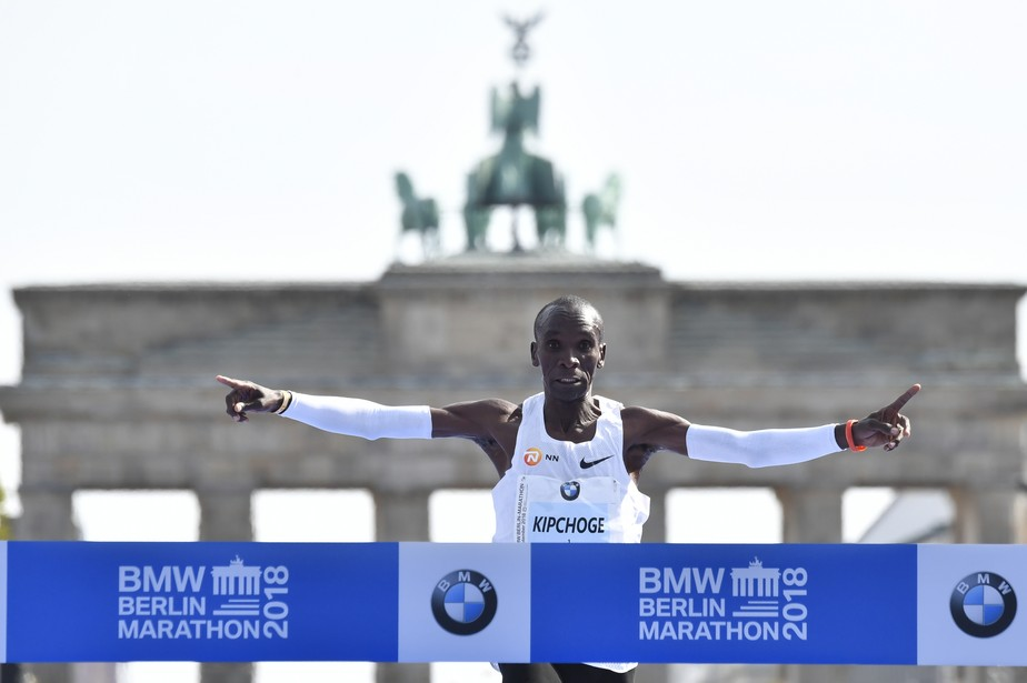 Campeão olímpico Eliud Kipchoge quebra recorde mundial e vence Maratona de Berlim