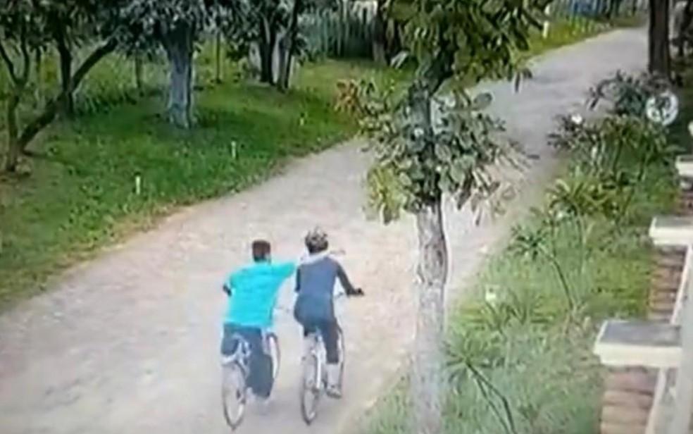 Câmera registra quando homem aborda mulher em Senador Canedo, Goiás — Foto: Reprodução/TV Anhanguera