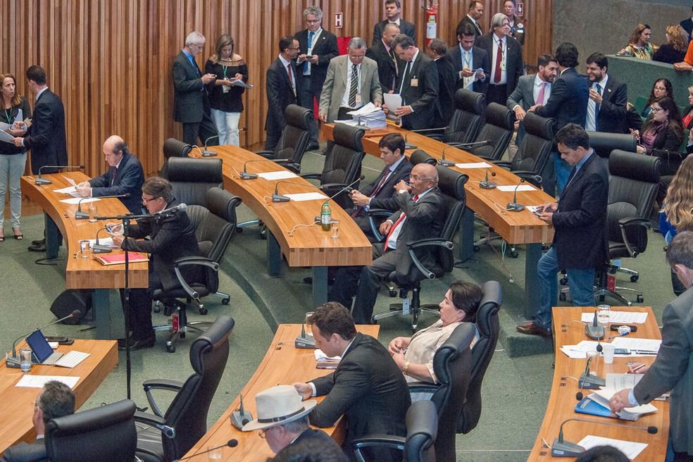 Deputados distritais durante sessão que aprovou prévia do Orçamento para 2019 — Foto: Carlos Gandra/CLDF