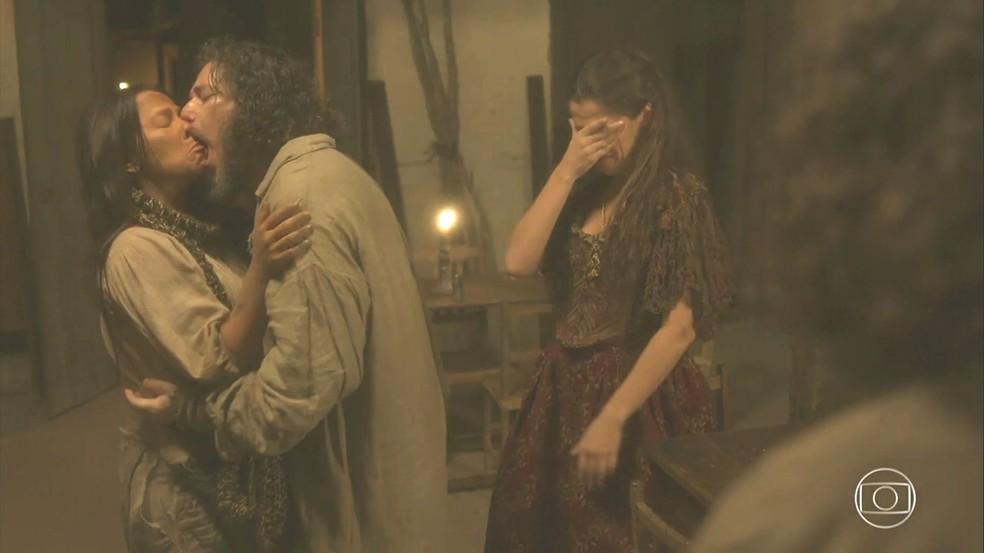 Em busca de vida boa, Germana (Vivianne Pasmanter) volta para taberna e para Licurgo (Guilherme Piva), em 'Novo Mundo' — Foto: TV Globo