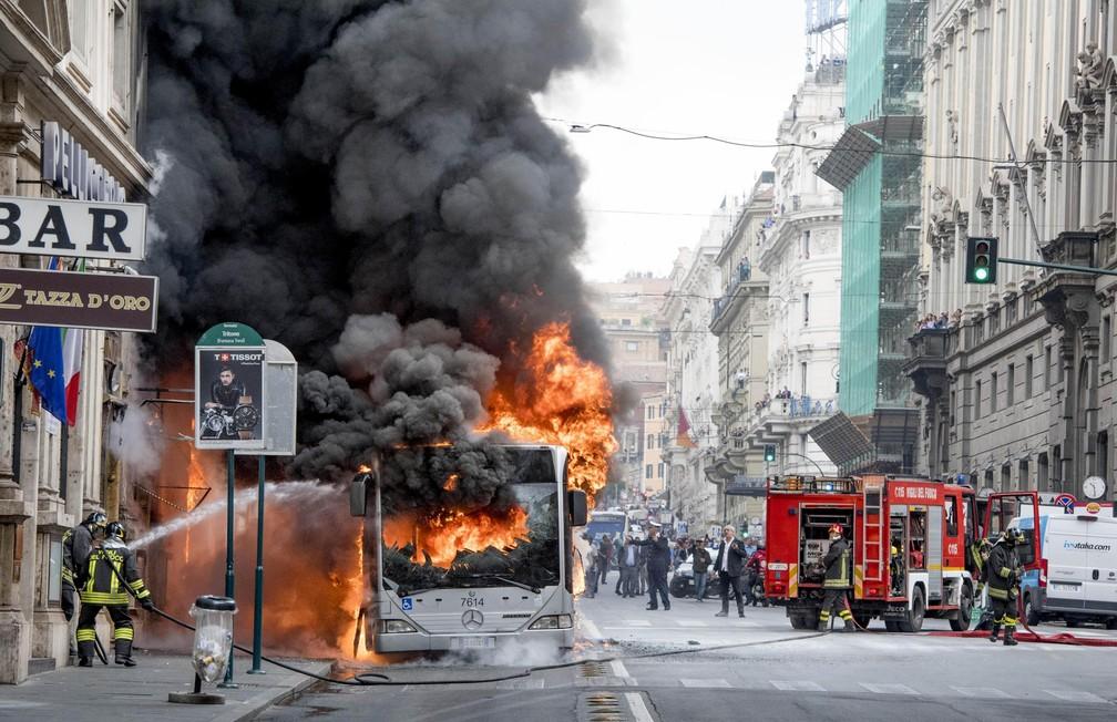 Bombeiros atuam para conter fogo em ônibus que explodiu nesta terça-feira (8) no centro de Roma (Foto: Claudio Peri/ANSA via AP)