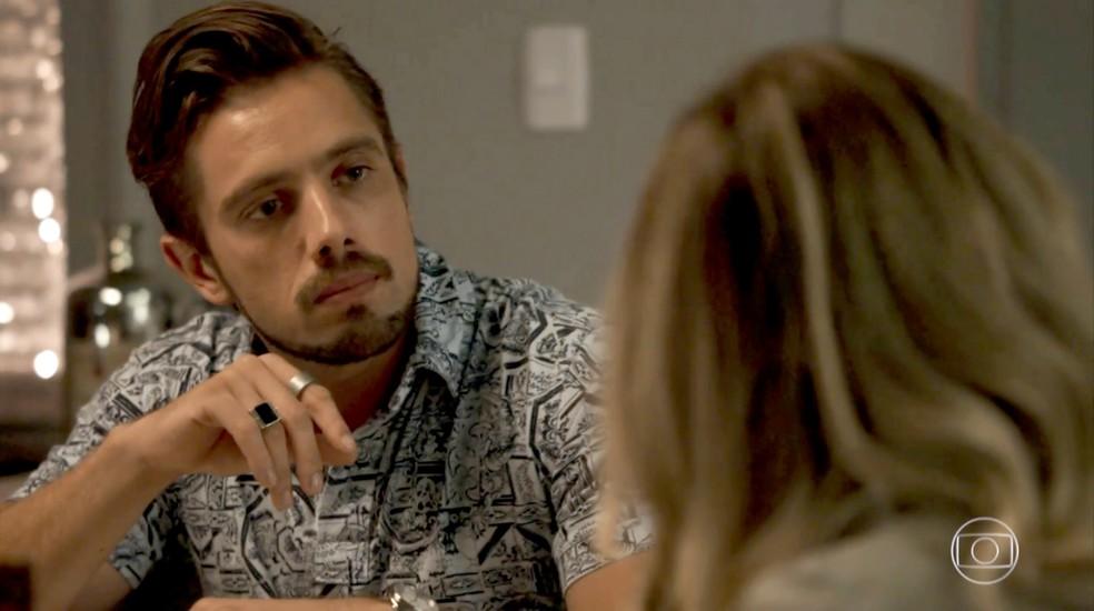 Renato tenta tranquilizar a esposa (Foto: TV Globo)