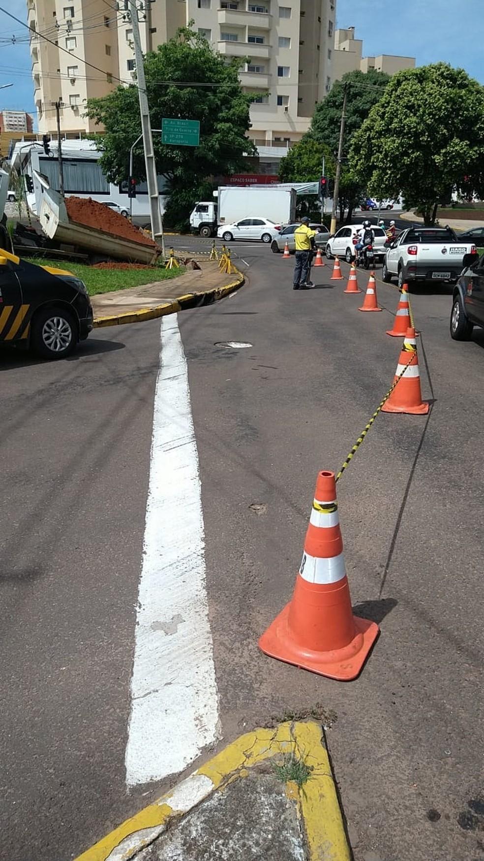Caminhão da Prefeitura de Presidente Prudente carregado com terra afundou em rotatória da Avenida Coronel José Soares Marcondes — Foto: Semob
