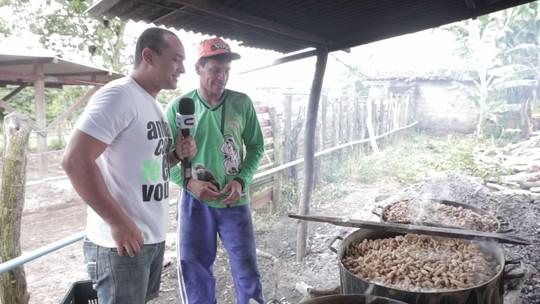Menilson Filho acompanha o processo de cozimento do amendoim verde