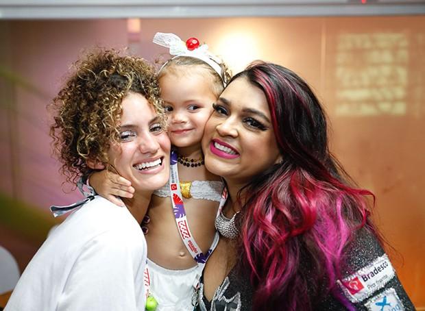 Preta Gil com a neta, Sol de Maria, e a nora, Laura Fernandez (Foto: Felipe Panfili/ Divulgação)