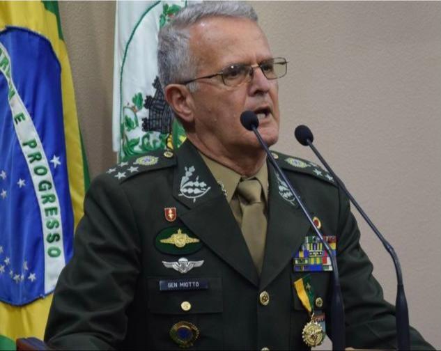 Morre o general Geraldo Miotto, ex-comandante do Comando Militar do Sul, em decorrência da Covid-19