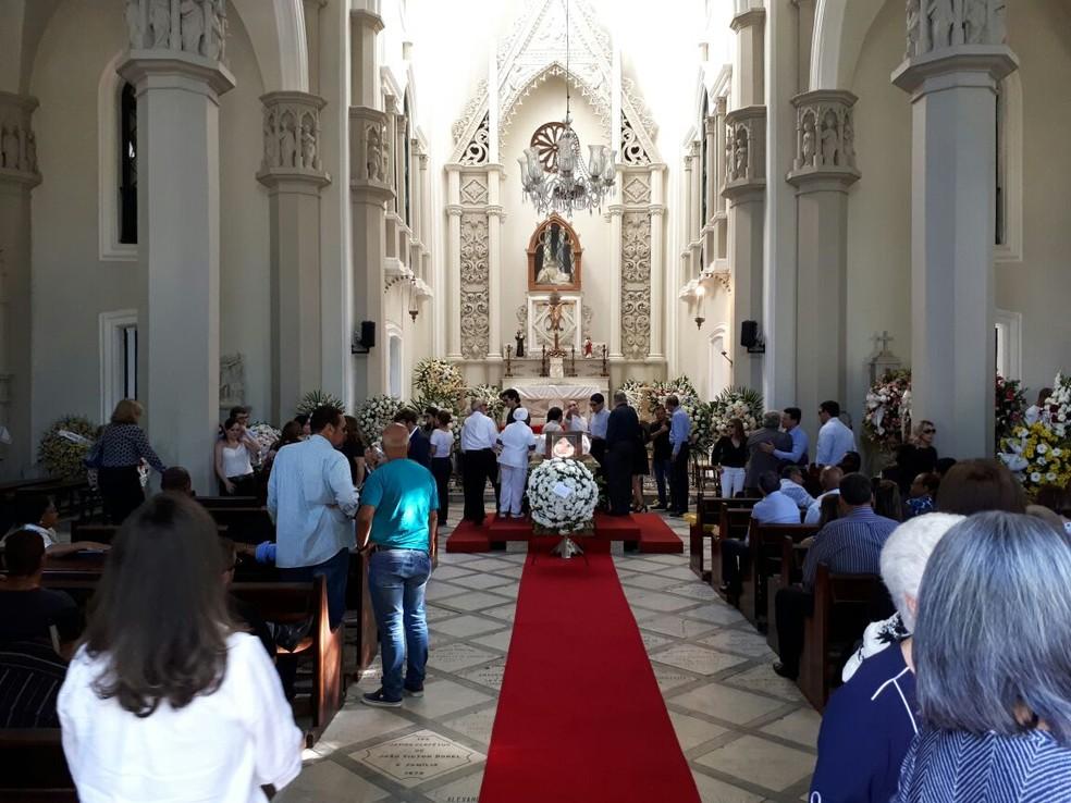 Amigos e familiares participaram de cerimônia na capela do Campo Santo, em Salvador (Foto: Jéssica Smetak/TV Bahia)