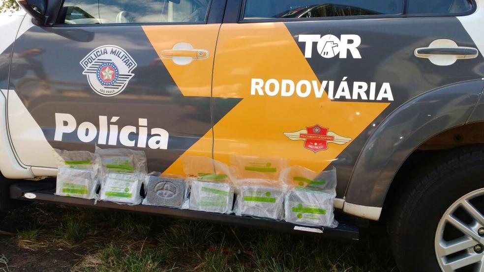 Foram apreendidos seis tabletes de haxixe com a adolescente de 17 anos (Foto: Polícia Rodoviária / Divulgação )