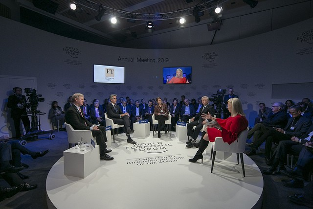 David Taylor, CEO da Procter & Gamble, Bill McDermott, CEO da SAP, Roula Khalaf, editora da Financial Times, Hiroaki Nakanishi, CEO da Hitachi, Ginni Rometty, CEO da IBM, durante o Fórum Econômico Mundial (Foto: World Economic Forum / Faruk Pinjo)