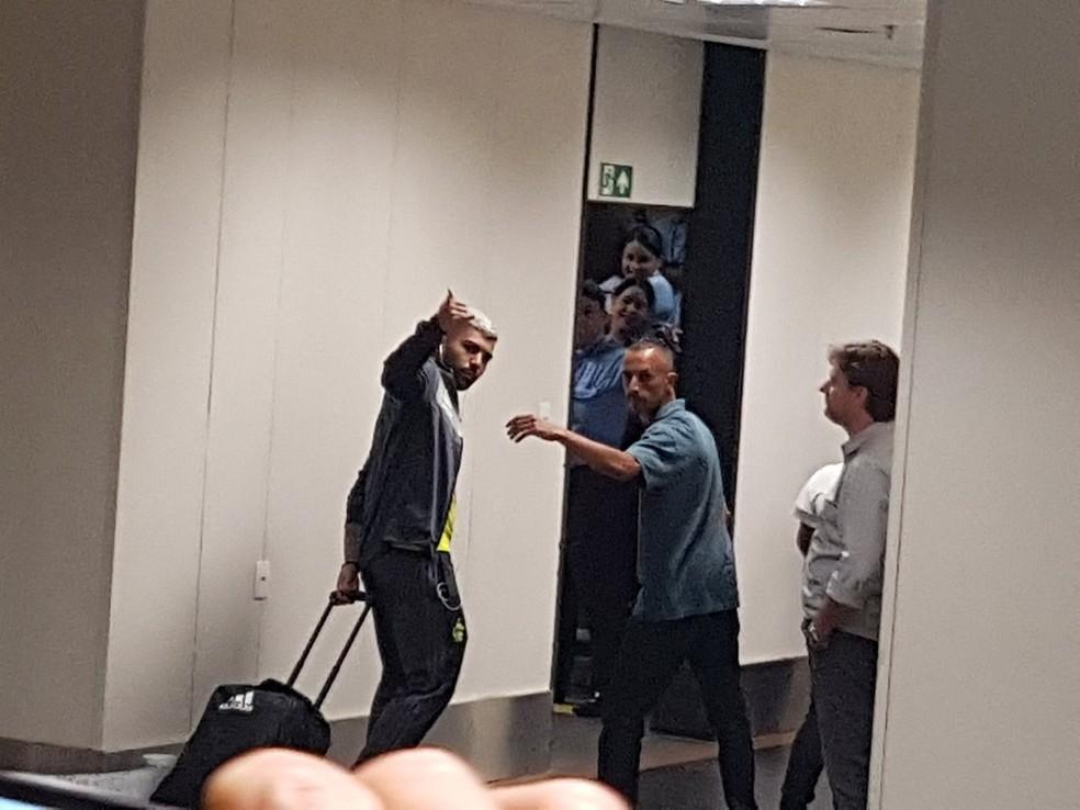 Gabigol passou pelo aeroporto e cumprimentou os torcedores de longe — Foto: Marcelo Baltar