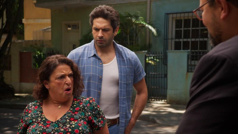Ermelinda (Grace Gianoukas) não gosta de saber que Nanico (Babu Santana) vai protegê-la em 'Salve-se Quem Puder' — Foto: Globo