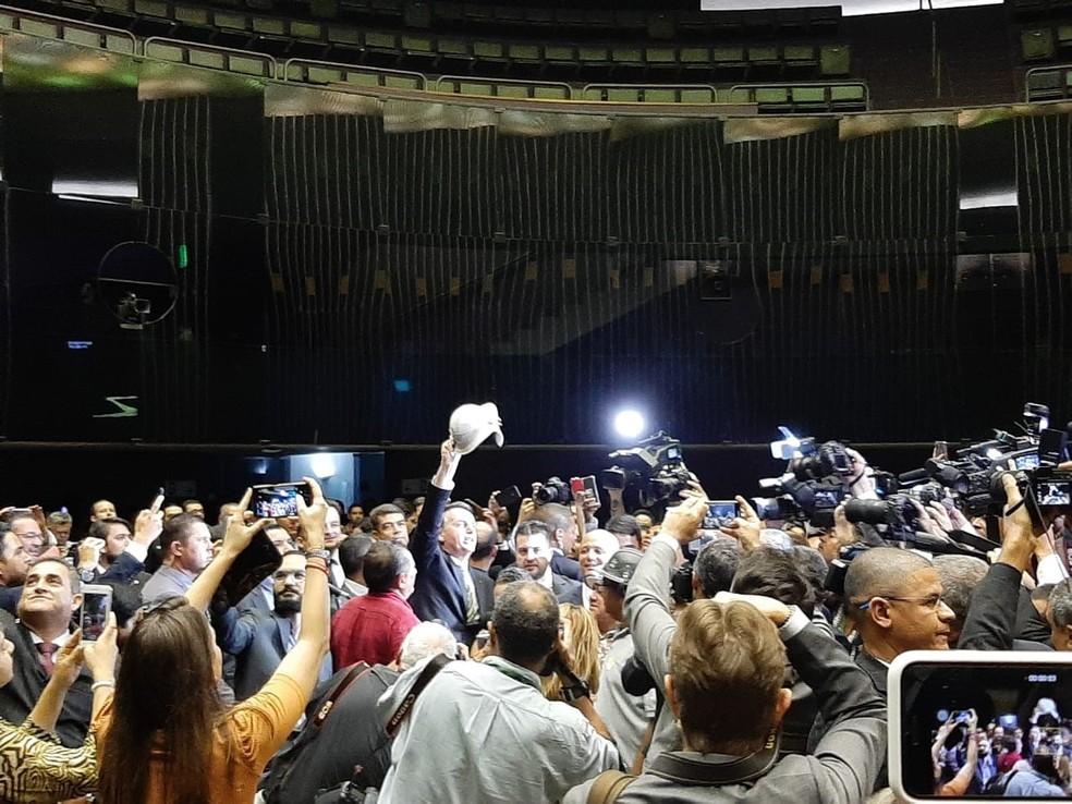 O presidente Jair Bolsonaro cercado por parlamentares durante entrega de medidas econômicas ao Congresso — Foto: Guilherme Mazui/G1