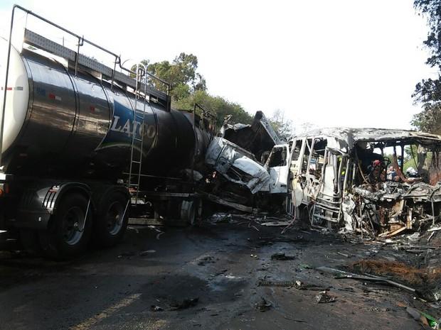 Motoristas do caminhão e do ônibus morreram carbonizados após acidente na PR-323, em Cafezal do Sul (Foto: Rogério Pinheiro/RPC)