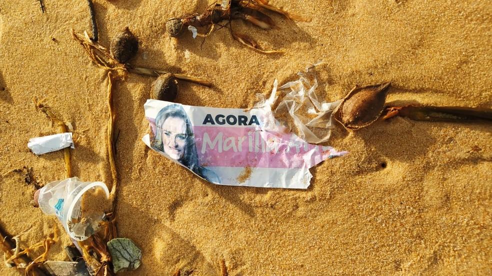 Lixo encontrado em praia de Baía Formosa, tem 'santinho' de candidata a prefeita de Recife — Foto: Fernanda Zauli/G1