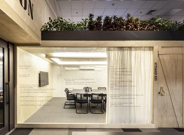 Salas modulares que mais parecem contêineres de madeira recebem as reuniões que exigem um pouco de silêncio e privacidade (Foto: Ricardo Bassetti/Divulgação)