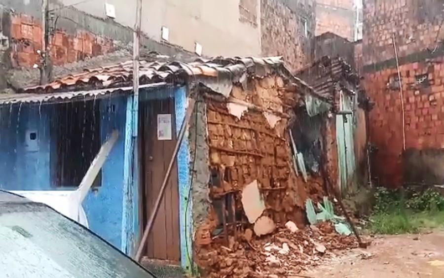 Mau tempo: Parte de casa desaba em Salvador; não houve feridos