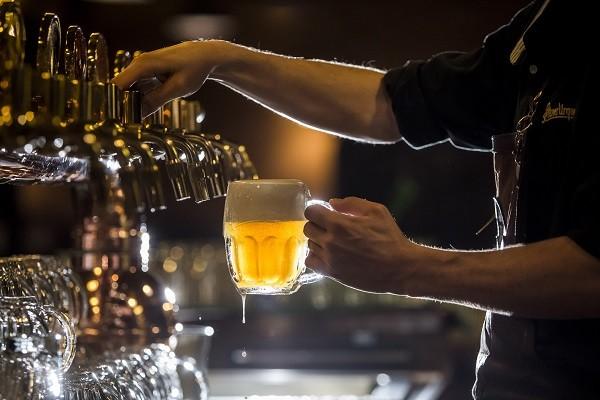 Bar na República Tcheca serve a tradicional Pilsen Urquell