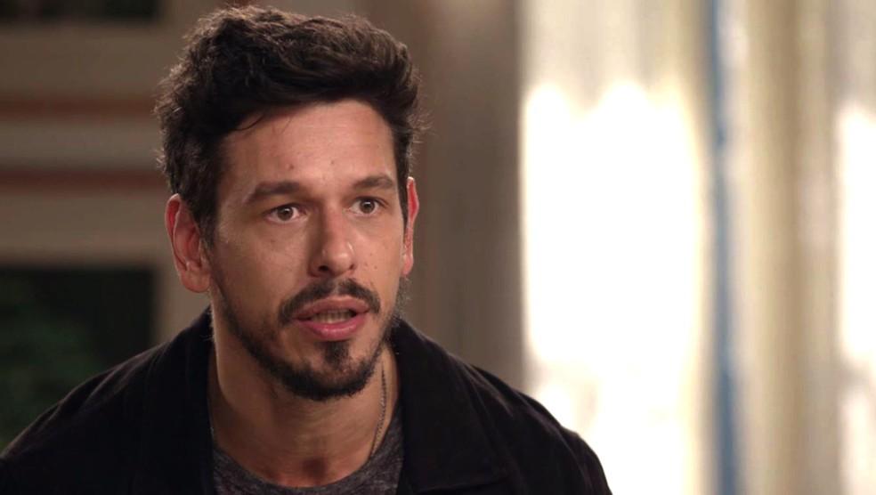 Alain desconfia que Cris esteja apaixonada por outro cara — Foto: TV Globo