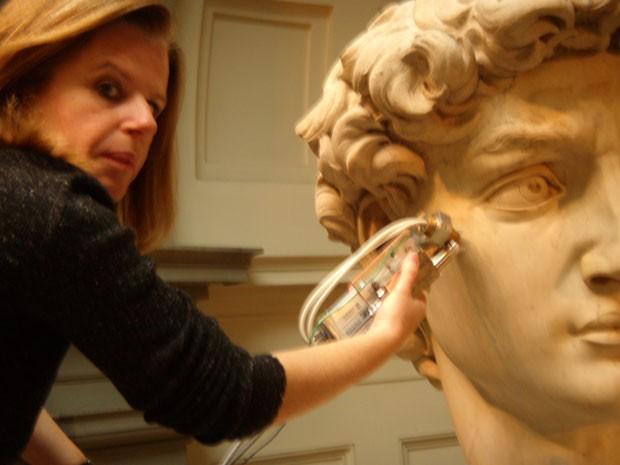 """Márcia Rizzutto, professora de Física da Universidade de São Paulo (USP), e obra """"David"""" do Michelangelo que está na Galeria da Academia de Belas Artes de Florença (Foto: Arquivo Pessoal)"""