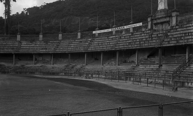 Parte interna da área do estádio que foi demolida em 1961: Laranjeiras era em formato de O, mas virou um U