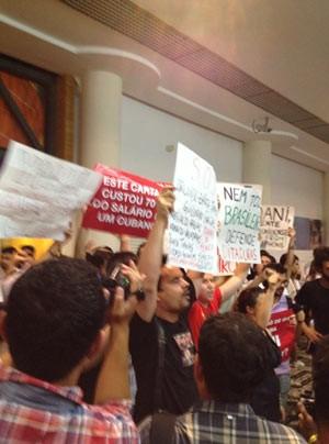 Grupos pró e contra a blogueira cubana bateram boca no Conjunto Nacional, na Avenida Paulista (Foto: Giovana Sanchez/G1)