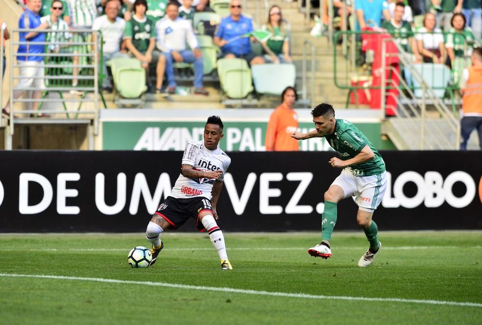 Cueva disputa lance com Moisés: peruano foi muito mal em campo (Foto: Marcos Ribolli)