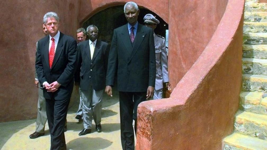 Presidente Clinton pediu desculpas pelo comércio de escravizados nos EUA em uma visita à África em 1998 — Foto: Getty Images/BBC