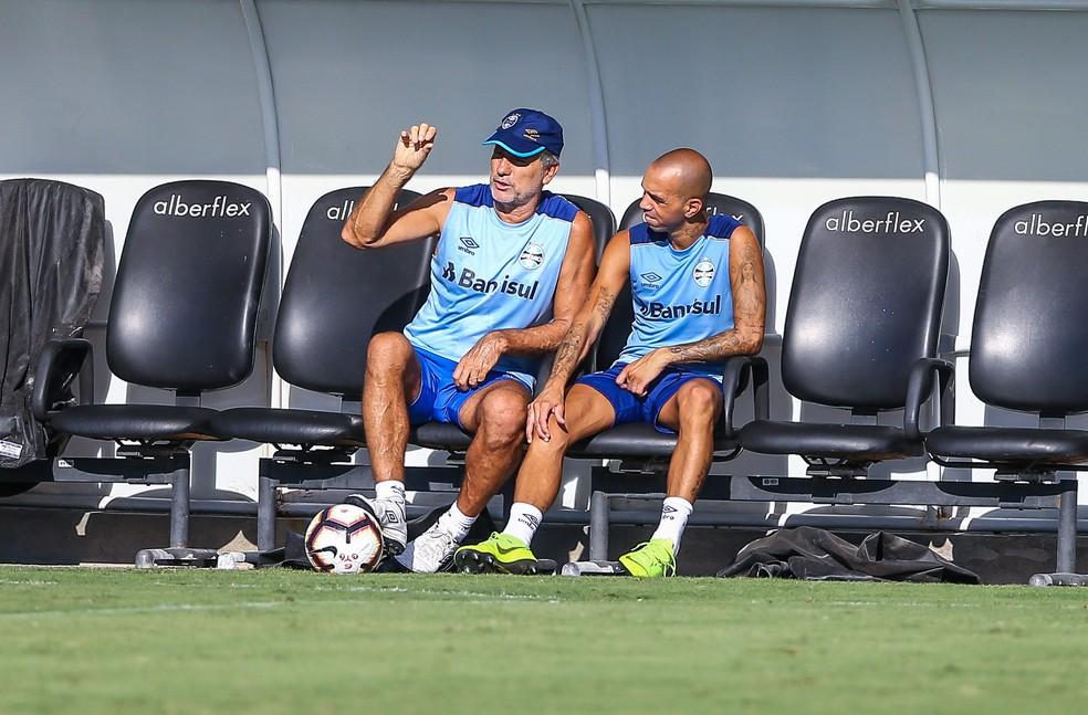 Renato Gaúcho prepara estreia de Diego Tardelli contra o São José-RS — Foto: Lucas Uebel/Grêmio/Divulgação