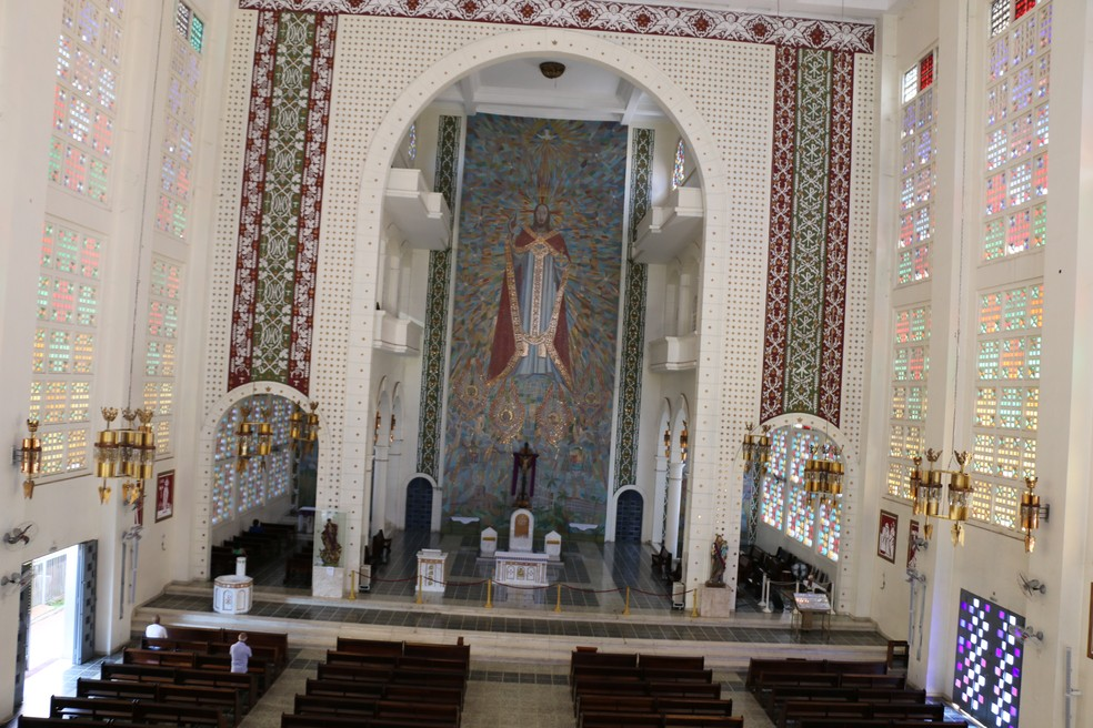 Arte atrás do altar tem mais de 20 metros de altura, feita de colagem de pastilhas, desenvolvidas pelo artista polonês Arystarch Kaszkurewicz (Foto: Denise Soares/G1)