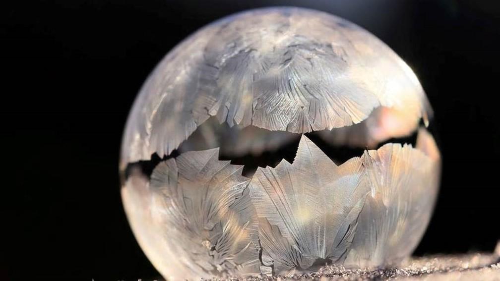 Esta bolha de sabão manteve o formato ao congelar (Foto: DANIELA RAPAV/Royal Photographic Society)