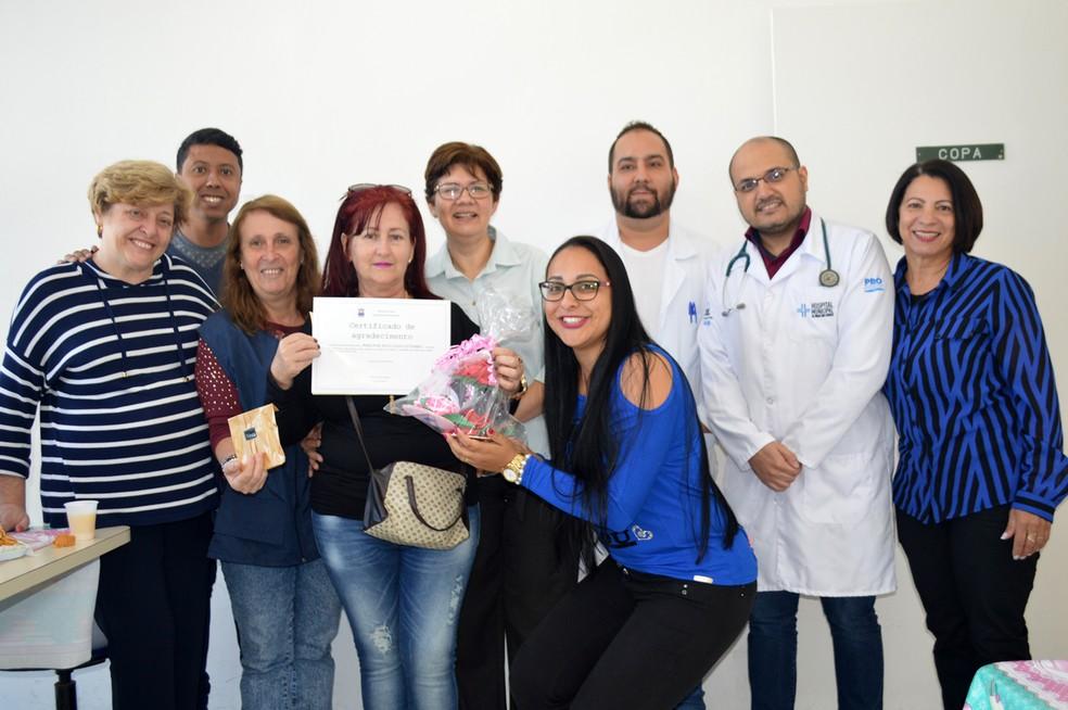 Médica cubana ganhou certificado e presentes dos colegas na despedida  — Foto: Nadja Cortez/ Prefeitura de Arujá