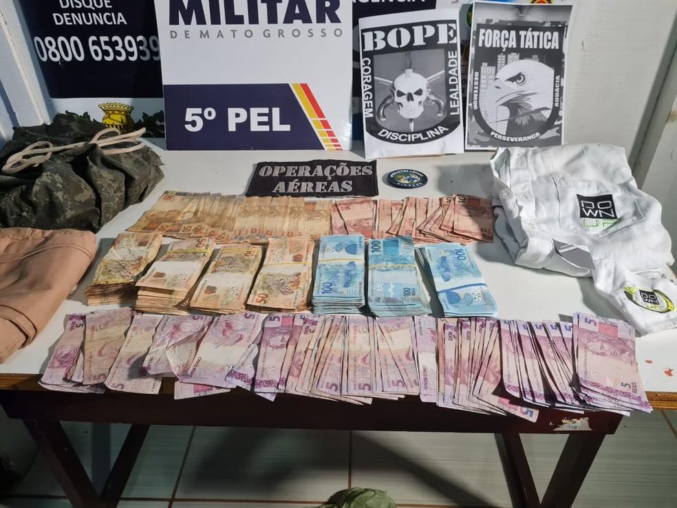 Policiais recuperaram mais R$ 45 mil em mata — Foto: Polícia Militar