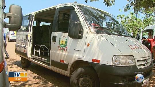 Sem ambulância, Prefeitura de Bebedouro, SP, transporta paciente com pé em painel de carro