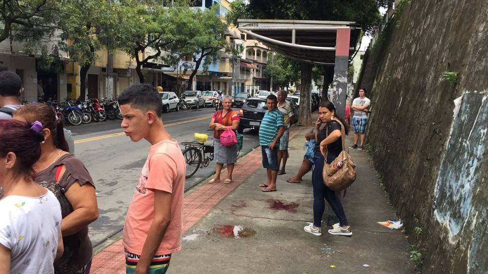 Mulher foi esfaqueada em ponto de ônibus em Vitória (Foto: Fábio Linhares / TV Gazeta)