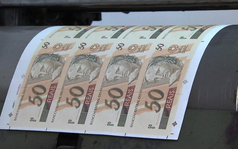 Folha com notas falsas de R$ 50 achadas em casa na Zona Norte de SP (Foto: Reprodução/TV Globo)