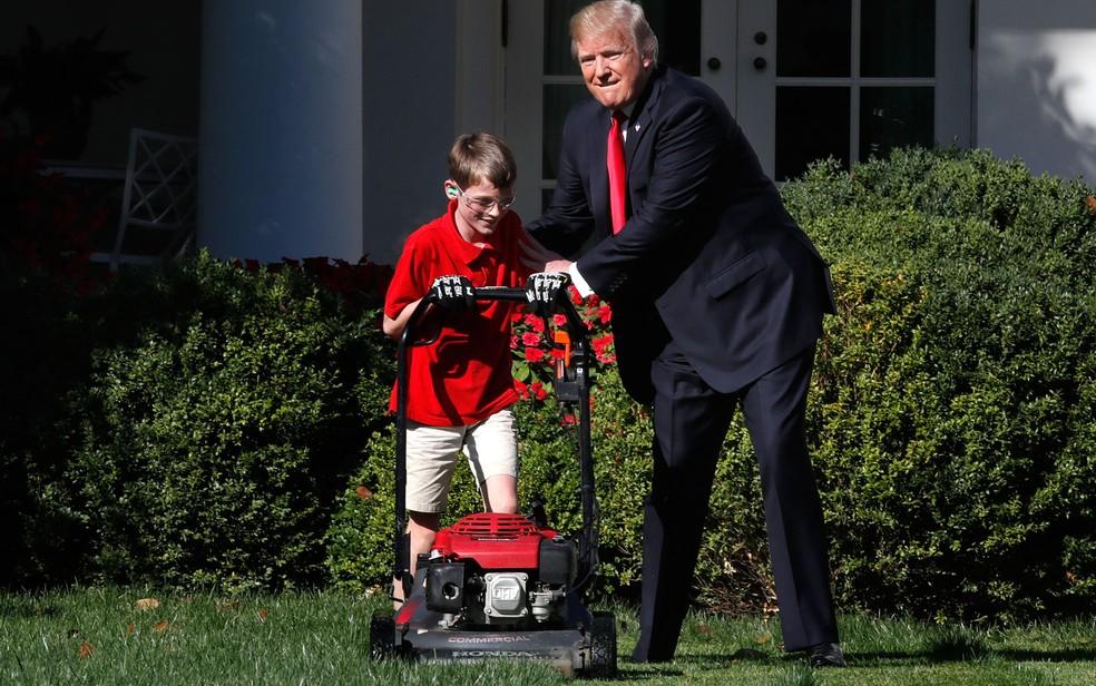 -  O presidente dos EUA, Donald Trump, é visto ao lado de Frank Giaccio, de 11 anos, de Falls Church, Virginia, enquanto o menino apara o gramado do Jar