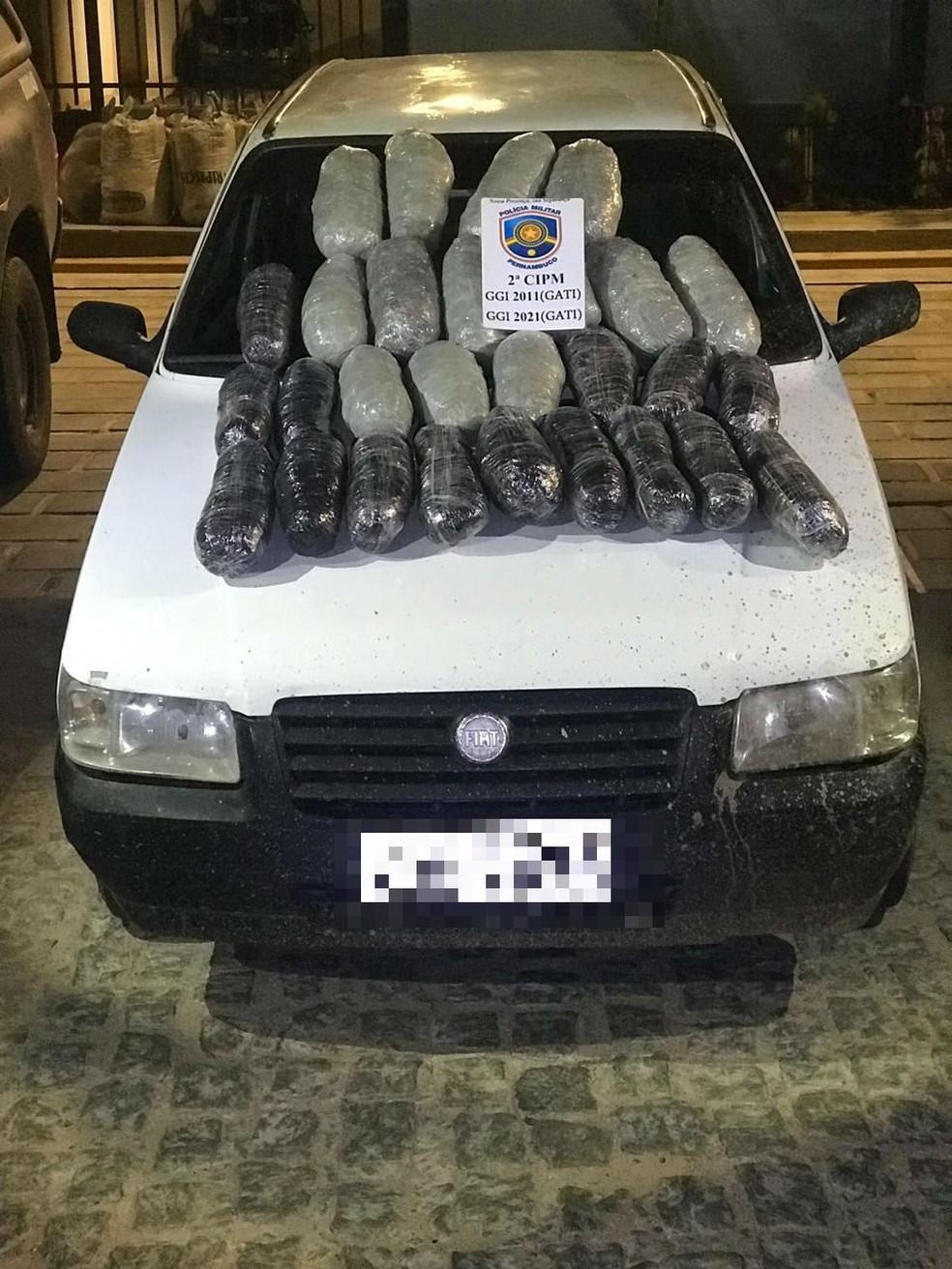 Droga apreendida dentro de veículo na BR-428 em Cabrobó — Foto: Divulgação/ 2ºCIPM
