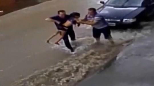 'Ela estava muito apavorada', diz comerciante que ajudou a salvar menina de enxurrada