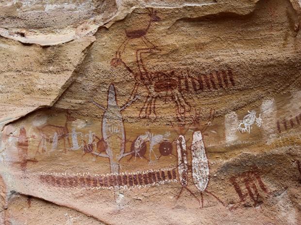 Pinturas rupestres na caverna da Serra da Capivara remonstam cenas de caça dos mais antigos de habitantes (Foto: Pedro Santiago/G1)