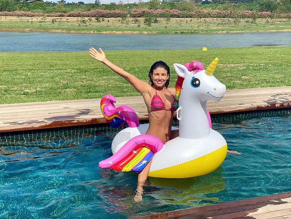 Paula Fernandes mostra diversão em boia na piscina — Foto: Reprodução/Instagram