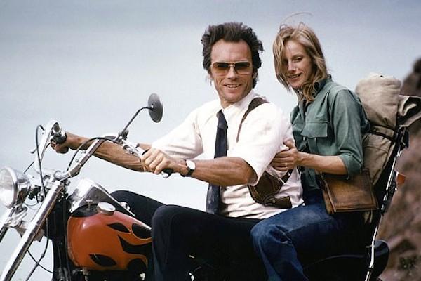 A atriz Sondra Locke em cena com o ator Clint Eastwood (Foto: Reprodução)