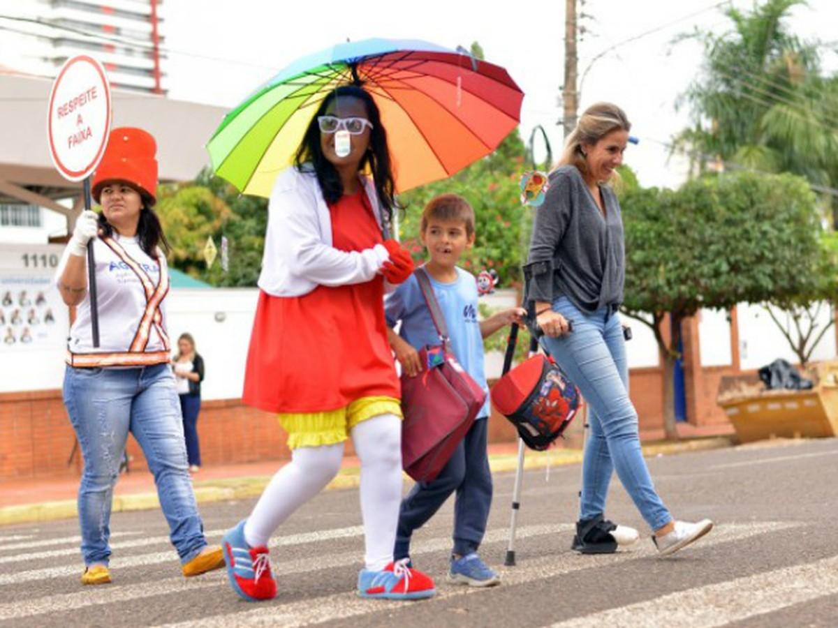 Campanha 'Na Faixa com a Turma do Fom-Fom' é realizada em Caruaru