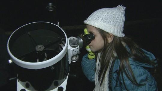 Para aproveitar as férias, crianças passam a noite observando céu
