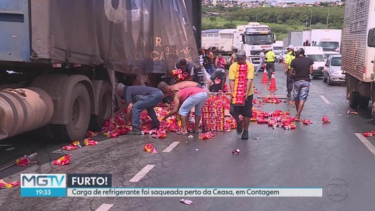 Carga de refrigerantes cai de carreta é saqueada por populares em Contagem, na Grande BH