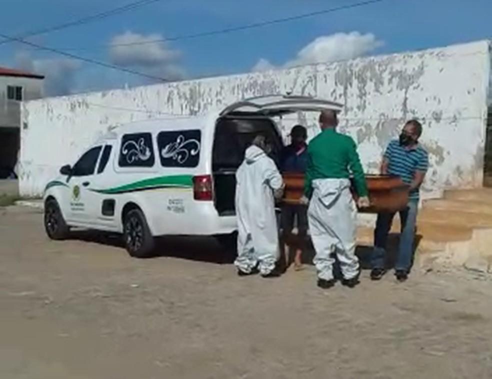Sobrinhos de homem que morreu de Covid-19 têm que carregar caixão por falta de auxílio no cemitério, na PB — Foto: TV Paraíba/Reprodução
